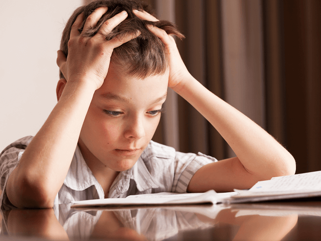 Dieťa nad domácou úlohou